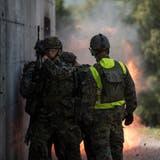 Knall, Flammen, Rauch: Grenadier-Rekruten sprengen eine Tür auf. (Bilder: Dominik Wunderli (Isone, 6. September 2018))