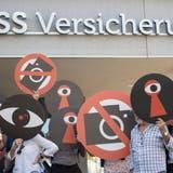 Die Gegner des Observationsgesetzesstarten vor dem CSS-Hauptsitz in Luzern die Nein-Kampagne. (Bild: Urs Flüeler, Keystone).