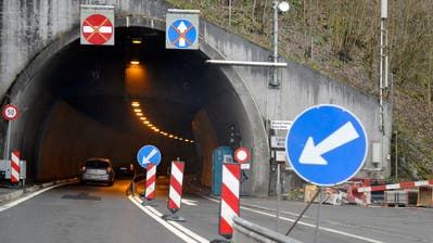 Signalisationen stehen vor dem Mositunnel in Brunnen, am Montag, 25. Maerz 2013. Aufgrund einer Sanierung ist der 1100 Meter lange Mositunnel fuer den Schwerverkehr Richtung Norden gesperrt. Lastwagen werden ueber die A2 und Luzern umgeleitet. Die 20 Kilometer lange Strecke von Flueelen UR nach Schwyz verlaengert sich dadurch um rund 60 Kilometer. (KEYSTONE/Sigi Tischler)