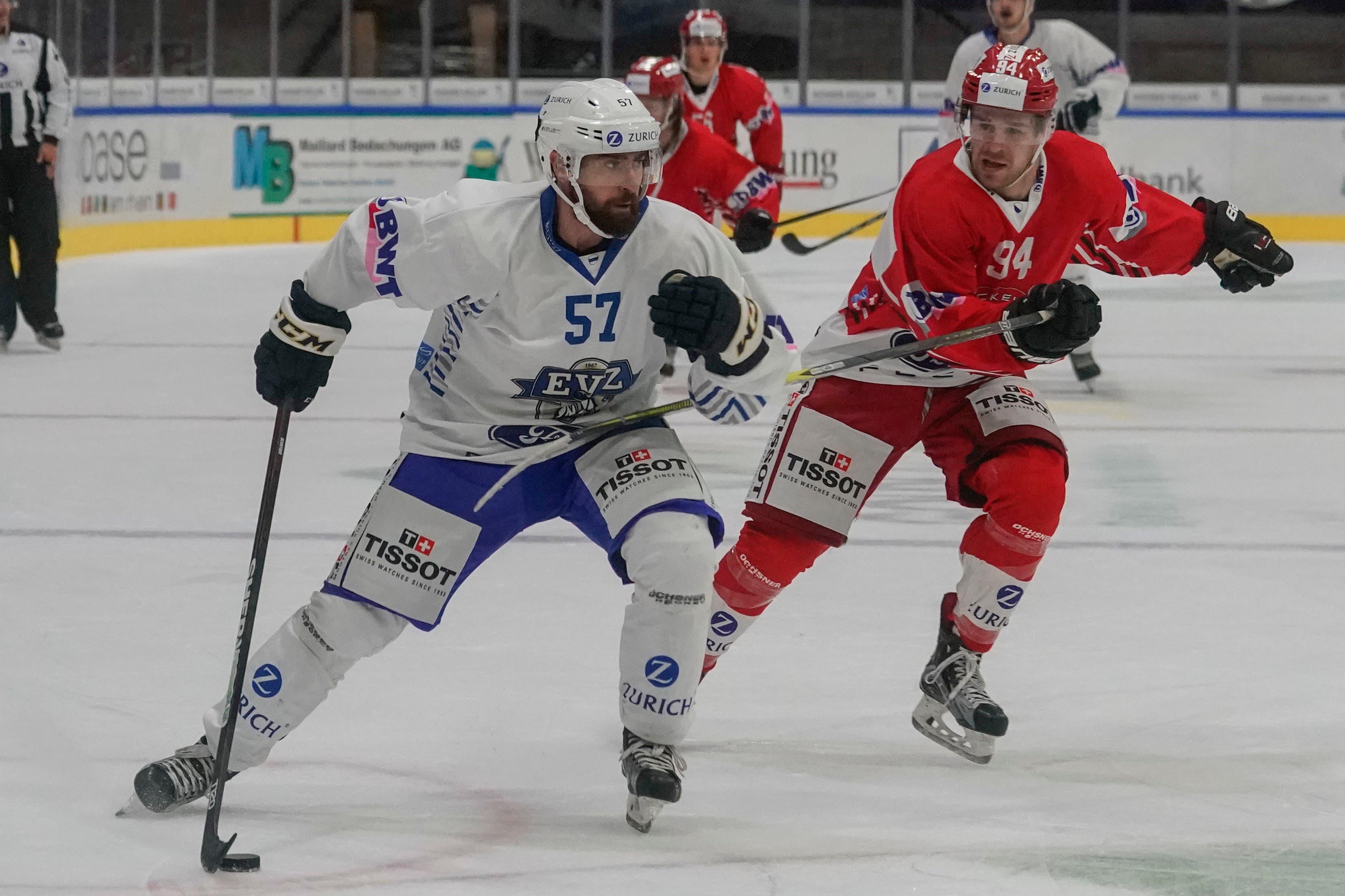 Fabian Schnyder (Zug) gegen Mike Küng (Winterthur). (Bild: Andy Mueller/freshfocus)