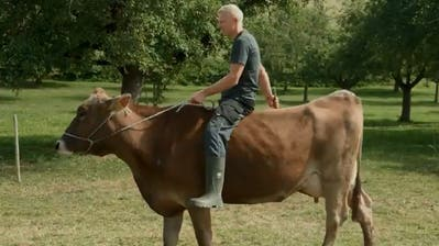 Eine seiner Kühe ist auf ironische Weise das schnelle Fortbewegungsmittel von Patrik Wägeli. (Bild: Printscreen)