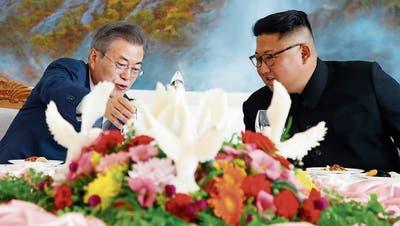 Südkoreas Moon Jae In (links) und Nordkoreas Kim Jong Un feiern einen diplomatischen Durchbruch. (Bild: Getty;Pjöngjang, 19. September 2018)