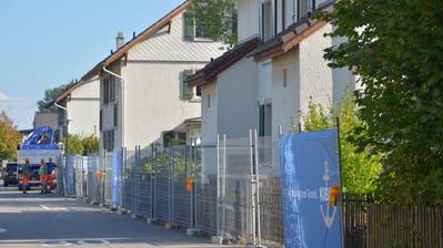 Die Bagger können kommen: Zwei Häuser sind bereits eingezäunt, Bäume wurden am Mittwochnachmittag gefällt. (Bild: Mario Testa)