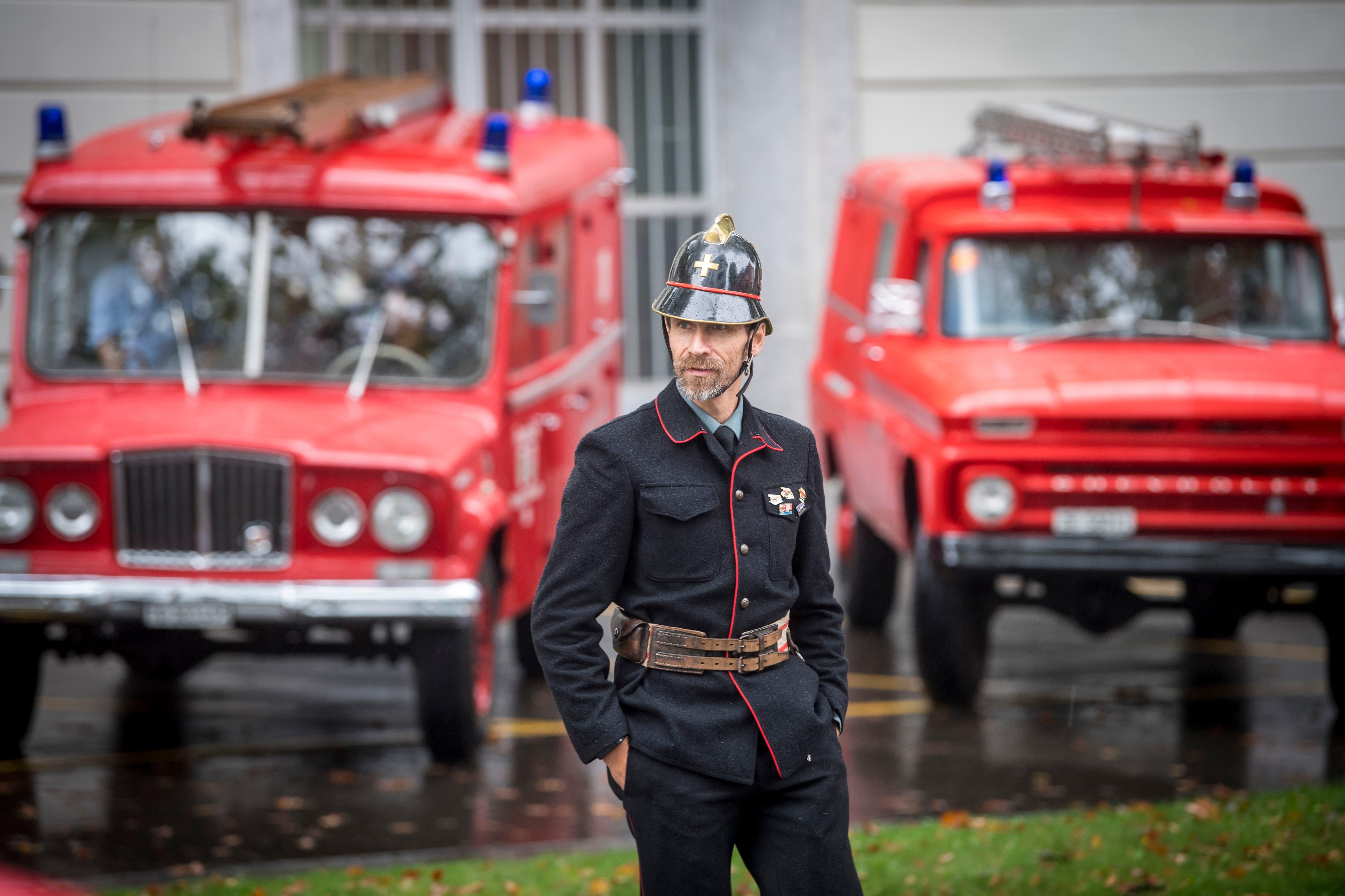 Ein Teilnehmer am Feuerwehr-Oldtimer-Treffen in einer alten Feuerwehruniform, die zu seinem Fahrzeug passt. (Bild: Urs Bucher - 1. September 2018)