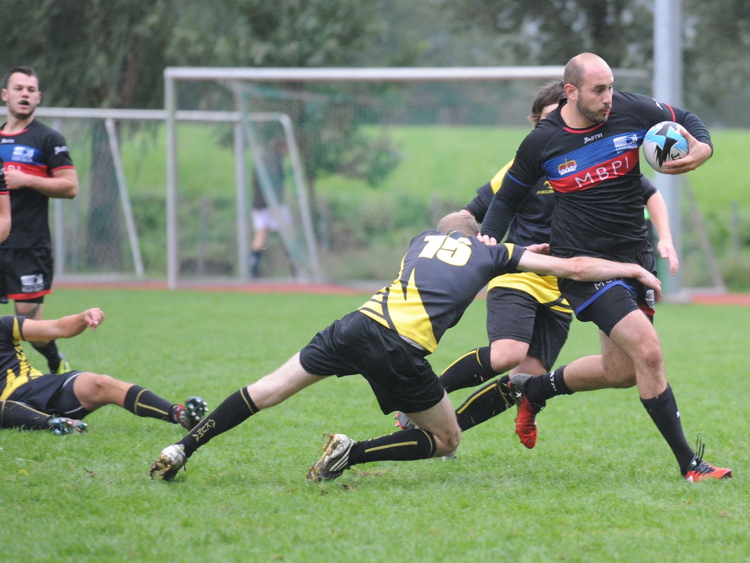 Der «Rugbyclub Üri» (gelb-schwarzes Trikot) gab im Spiel gegen Liechtenstein keinen kampflos Ball verloren. (Bild: Urs Hanhart, Flüelen, 1. September 2018)