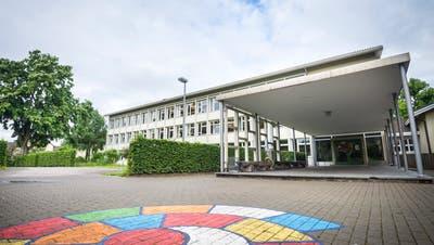 Der 50-Jahre-Bau in der Schulanlage Zentrum kommt früher oder später weg.(Bild: Andrea Stalder)