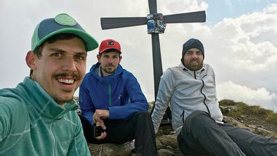 Erinnerungsfoto auf dem Brisen (von links): Raphael Küttel, Mario Bissig und Lukas Schnyder. (Bilder: PD)