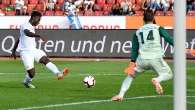 Der nigerianische FCZ-Stürmer Stephen Odey schiesst an FCL-Torhüter Mirko Salvi vorbei den Siegtreffer. (Bild: Walter Bieri/Keystone (Zürich, 23. September 2018))