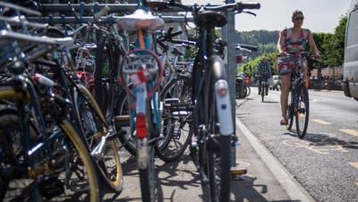 Die Veloparkplätze an der Bahnhofstrasse sind oft überfüllt. Bild: Boris Bürgisser(Luzern, 28. Mai 2018)