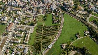 Durch das Mühlegut (links) ist eine Verlängerung mit Unterführung der SBB-Linie geplant. Die Hauptstrasse im Zentrum (Hintergrund) soll so entlastet werden. (Bild: Tino Dietsche)