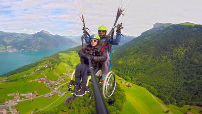 Dank einer speziellen Konstruktion kann die an den Rollstuhl gebundene Angela Fallegger wieder Gleitschirmfliegen.Bild: Astrid Zimmermann/PD