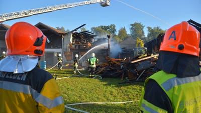 Die Feuerwehrkommandanten Stefan Jünger (Weinfelden) und Roger Küng (Bürglen) verfolgen die Löscharbeiten im Lorze-Areal. (Bild: Mario Testa)