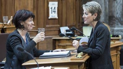 Doris Leuthard (links) im Gespräch mit Karin Keller-Sutter. (Bild: Alessandro della Valle / Keystone (Bern, 14. Juni 2016))