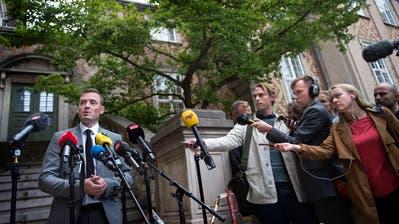 StaatsanwaltKristian Kirk stellt sich nach dem Urteil im Berufungsprozess in Kopenhagen vor die versammelte Presse. (Bild: Liselotte Sabroe/EPA; 26. September 2018)