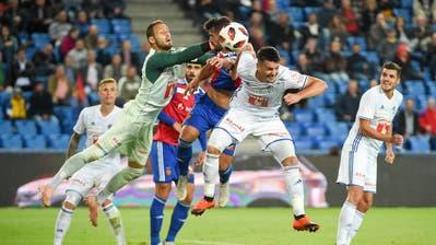 Albian Ajeti (Basel) gegen Mirko Salvi (Luzern), Stefan Knezevic (Luzern) und Pascal Schürpf (Luzern). (Bild. Daniela Frutiger/freshfocus)