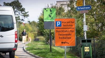 Anwohner Hans M. Richle ärgert sich über diese Tafel: «Sie verunstaltet das Quartier», sagt er. (Bild: Ralph Ribi)