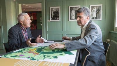 Gesprächsstunde mit dem Gemeindepräsidenten: Boris Tschirky bespricht mit einem Bürger dessen Anliegen. (Bild: Ralph Ribi)