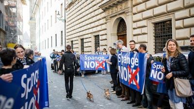 Anwohner protestierten vor der Kantonsratssession am 8. Mai vor dem Regierungsgebäude gegen die Spange Nord. (Bild: RogerGrütter)