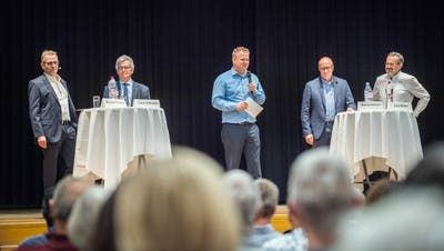 Die Kandidaten Michael Thurau, Lukas Hoffmann, Matthias Hofmann und Beat Müller werden von TZ-Redaktor Urs Brüschweiler befragt. (Bild: Andrea Stalder)