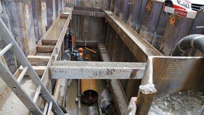 Ein Drucklufthammer treibt das Stahlrohr horizontal unter der Kirchstrasse durch. (Bild: Vivien Huber)