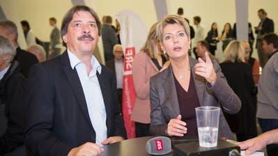 Wer macht das Rennen? Paul Rechsteiner und Karin Keller-Sutter vor der Resultatbekanntgabe der Ständeratswahl 2015. (Bild: Ralph Ribi)
