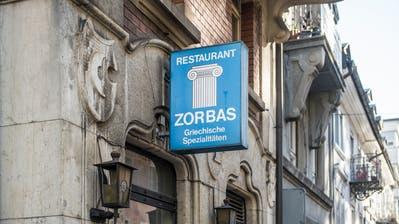Georgios Loudas stösst nach 35 Jahren als «Zorbas»-Wirt mit einem Glas Ouzo auf seinen Ruhestand an. (Bild: Hanspeter Schiess)