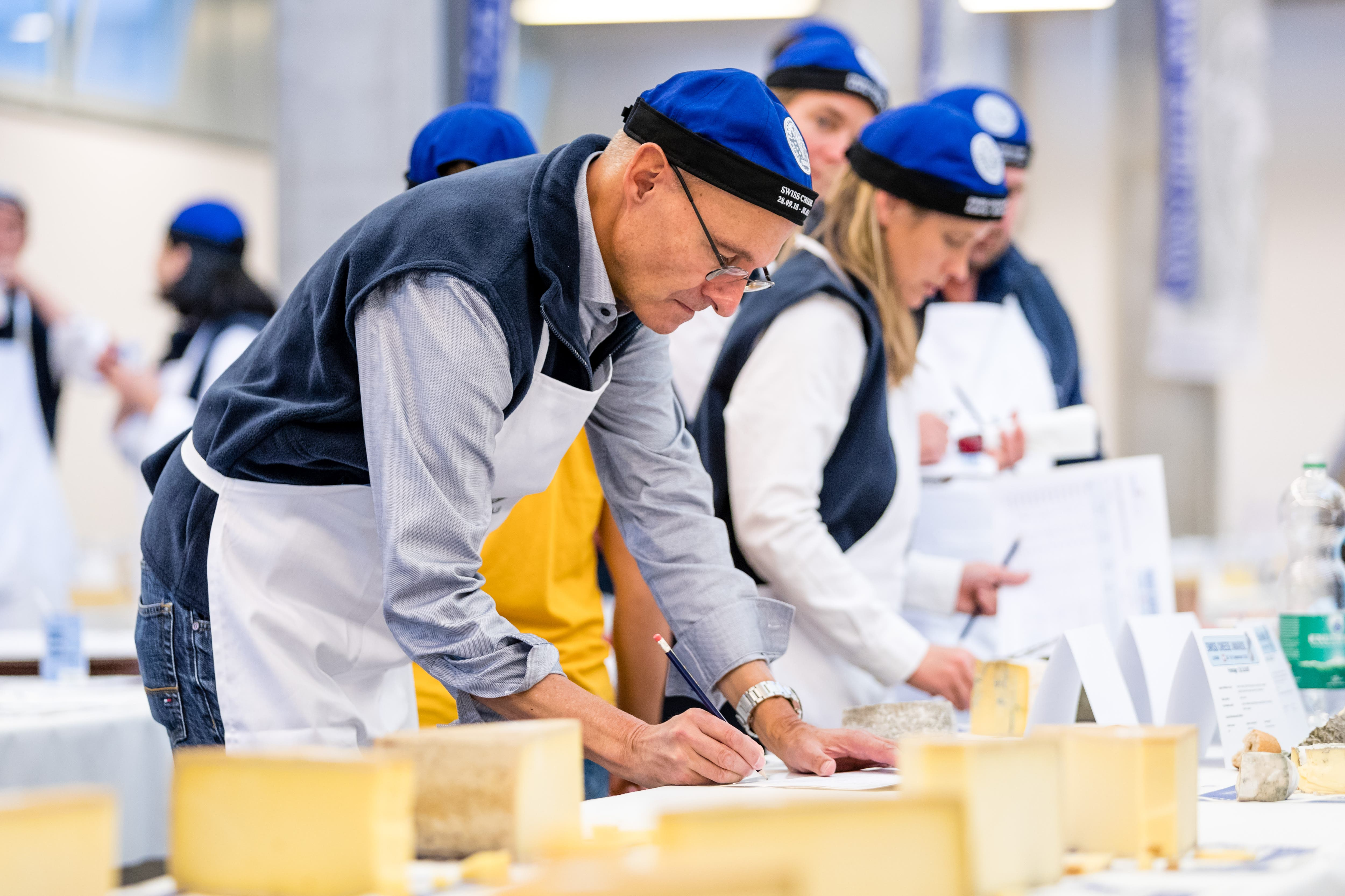 Jurymitglieder verteilen Punkte für die verschiedenen Käsesorten. (Bild: Philipp Schmidli, 28. September 2018)