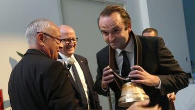 Mirko Lehmann, CEO der IST AG in Ebnat-Kappel, erhält eine Kuhglocke als Symbol für den Preis des besten Produktionsunternehmens in der Gruppe. (Bild: PD)