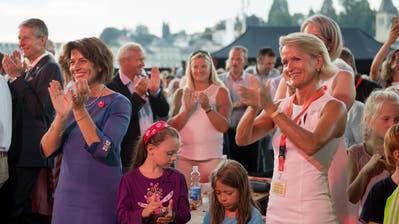 Die abtretende Bundesrätin Doris Leuthard und ihre Parteikollegin sowie mögliche Nachfolgerin, CVP-Nationalrätin Andrea Gmür-Schönenberger, applaudieren an der Bundesfeier der Stadt Luzern am 31. Juli 2017 beim Europaplatz vor dem KKL Luzern. (Bild: Corinne Glanzmann)