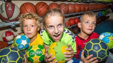 Silas, Angelina und Tilo (von links) haben Handbälle zum Fressen gern.(Bild: Eveline Beerkircher, Stansstad 14. August 2018)