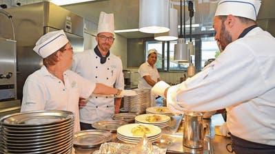 Das Küchenteam richtet unter der Leitung von Sebastian Ukatz die Teller an. (Bild: Mario Testa)