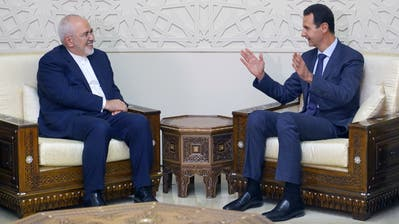 Syriens Machthaber Bashar al-Assad (rechts) im Gespräch mit Irans Aussenminister Mohammad Javad Zarif gestern in Damaskus. (AP)