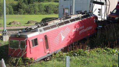 Die Lokomotive fuhr über das Gleis hinaus ins Gelände und kam dort zum Stillstand. (Leserbild: Stanislav Holecek)