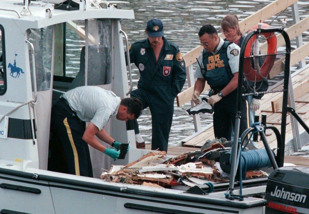 Bereits kurz nach dem Unglück beginnen kanadische Ermittler mit der Untersuchung von Trümmern der verunfallten Maschine. (Bild: Keystone)