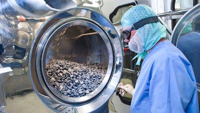 Reinigung von Industrieteilen im Geschäftsbereich «Sealing Solutions» der Firma Dätwyler.(Bild: PD)
