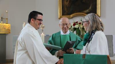 Margrit Mühlebach vom Bischofsvikariat St.Viktor überreicht Ivan Trajkov und Pater Josef Gander die Missio Canonica. (Bild: PD)