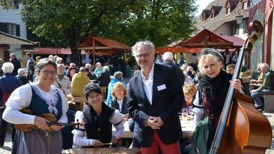 Selbst Armin Strom, Geschäftsleiter Schloss Herdern, lässt sich von der Appezeller Frauestriichmusig bezirzen. (Bild: Margrith Pfister-Kübler)