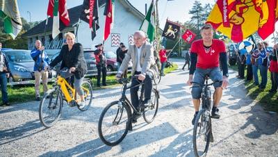 Die Thurgauer Regierungspräsidentin Cornelia Komposch, Bundesrat Ueli Maurer und der ehemalige Radprofi Daniel Markwalder fahren mit dem Velo ans Fest. (Bild: Andrea Stalder)
