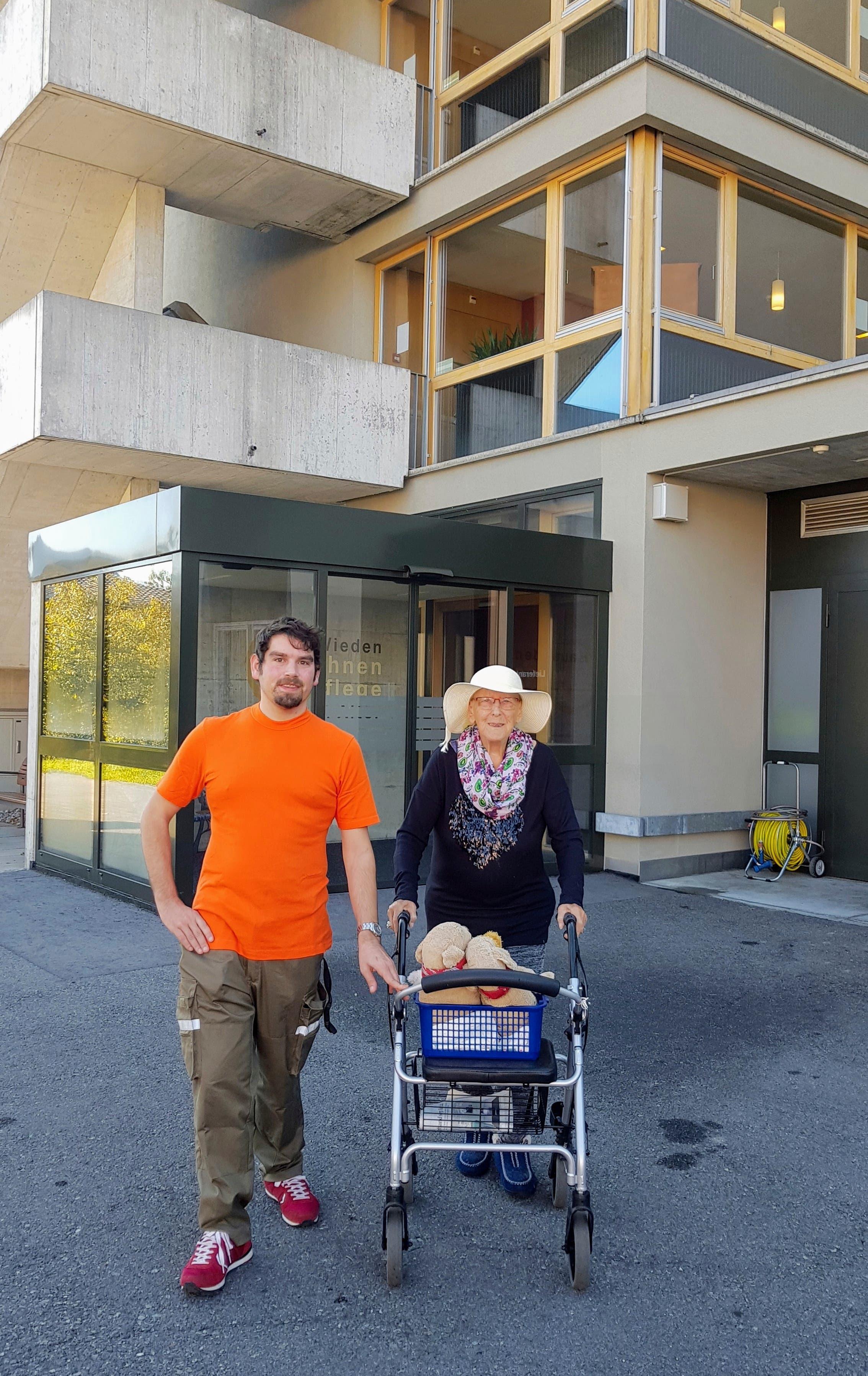 Mario Wüest auf einem Spaziergang mit einer Bewohnerin