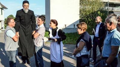 Bevor Pfarrer Johann Traber durch den Trail führen kann, muss er erst zum Leben erweckt werden. (Bilder: Christoph Heer)