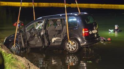 Vater und Sohn retten zwei Kinder aus sinkendem Auto im Lauerzersee