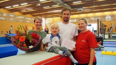 Andrea Zweidler von der Turnfabrik (rechts) überreichte der Familie Wirth einen Blumenstrauss. Diese besuchten als 10000. den beliebten Family Sunday.(Bild: PD)
