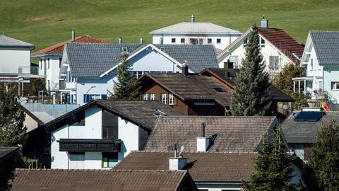 Bei einem schuldenfreien Eigenheim im Wert von 1,4 Millionen kann sich der monatliche Eigenmietwert auf 2750 Franken belaufen. (Bild: Benjamin Manser)