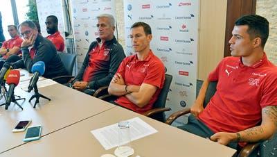 An der Medienkonferenz nahm überraschenderweise die ganze Mannschaft teil – vorne im Bild: Trainer Petkovic, Captain Lichtsteiner und Xhaka (v.l.). (Bild: Keystone)