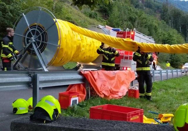 Die Ölsperre wird verlegt. (Bild: Geri Holdener/Bote der Urschweiz (Seewen, 3. August 2018))