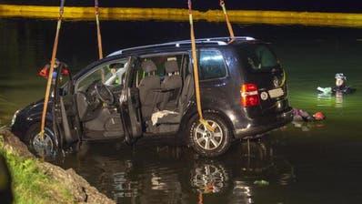 Der VW-Minivan wird aus dem Wasser gehievt. (Bild: Geri Holdener/Bote der Urschweiz (Seewen, 3. August 2018))