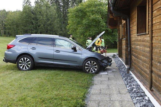 Das Auto stoppte zum Glück einen Meter vor der Hauswand. (Bild: Geri Holdener/Bote der Urschweiz (Oberiberg, 5. September 2018))