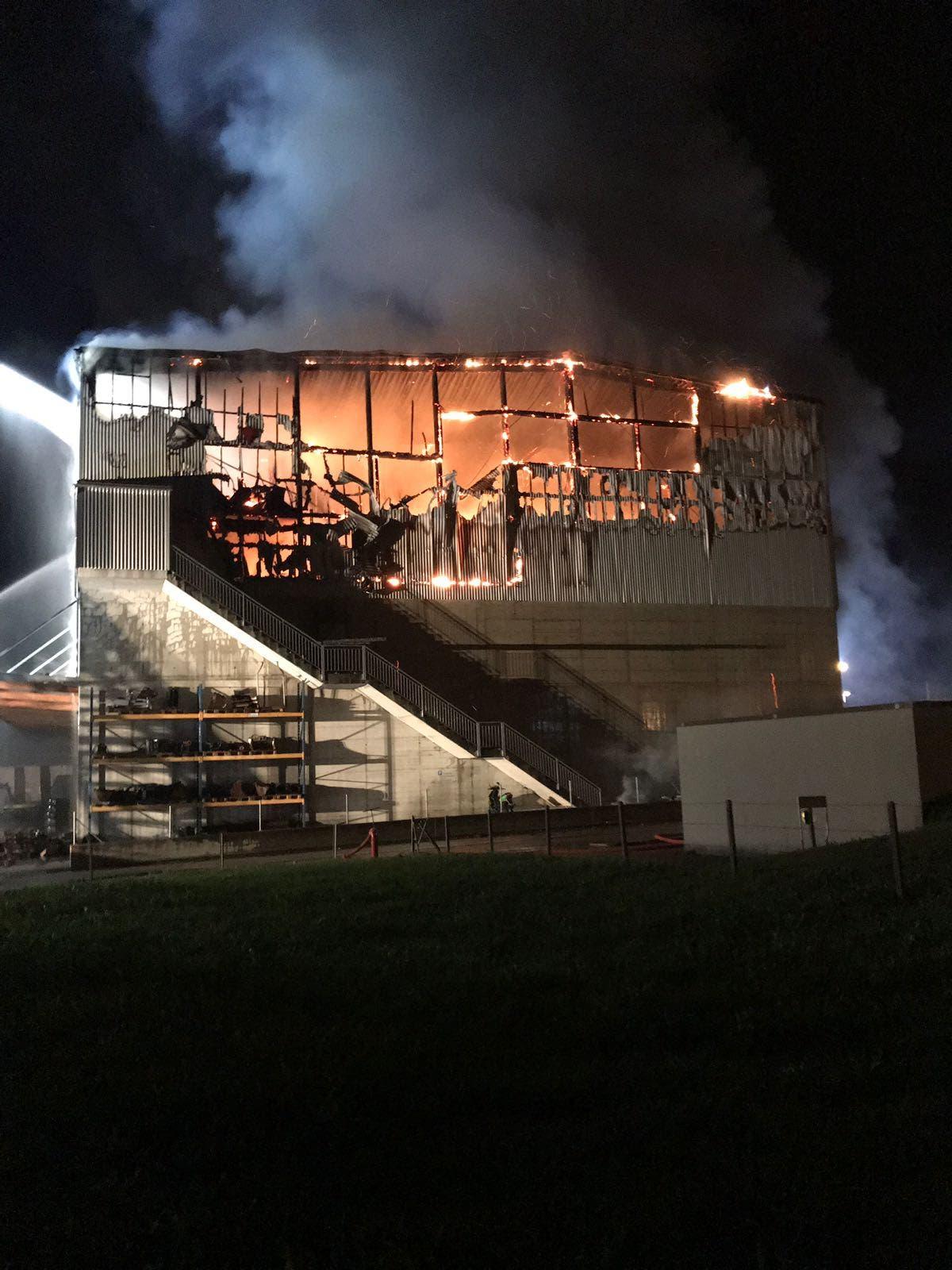 Die Recycling-Halle ist bis auf die Grundmauern abgebrannt. (Bild: Leserreporter)