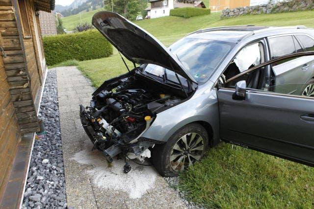 Der Wagen wurde arg beschädigt. (Bild: Geri Holdener/Bote der Urschweiz (Oberiberg, 5. September 2018))