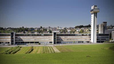 Die Gebäudeder Firma Schindler in Ebikon samt dem markanten Testturm. (Bild Pius Amrein, 31. August 2009)